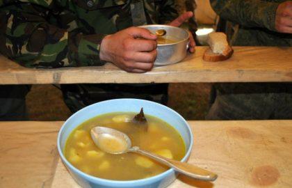 Чем кормят в армии и кому полагается икра, вино и шоколад